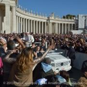 passaggio del papa tra la folla
