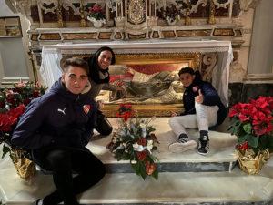 La signora Evelina Cardellicchio con i suoi figli davanti San Cono dormiente